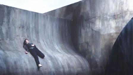 女子被困在光滑的峭壁之上,脚下就是万丈深渊,看着都让人绝望