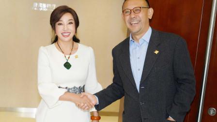刘晓庆久违与姜文大方握手拍合影,25年前二人曾是一对恩爱情侣!