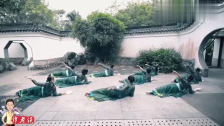 古典舞《青蛇》,中间的男老师太妖娆,和张曼玉有的比!
