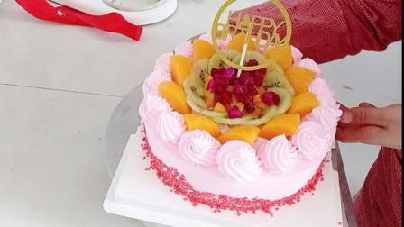 超漂亮的一款水果蛋糕,水果多多,好有食欲啊