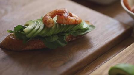 《韩国农村美食》黄油煎面包片,配上虾仁和牛油果,好吃