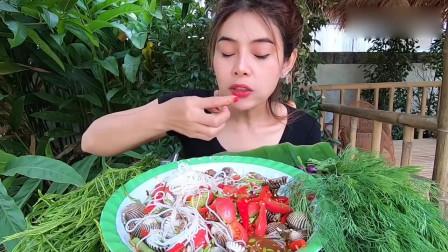泰国小姐姐吃血蛤沙拉拌粉,鲜美可口,口水直流