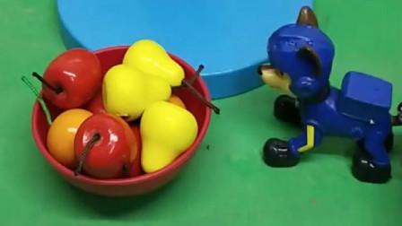 阿奇给树爷爷找到了果子,有梨子还有苹果,树爷爷很开心