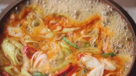 《韩国农村美食》泡菜配上蛤蜊煮汤,酸辣可口放入面片更好吃