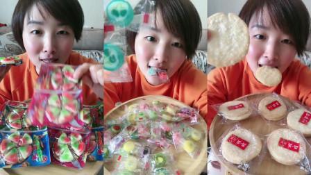 美女试吃小披萨糖,果片糖和雪米饼,每一个都想尝一下,你喜欢吃哪个呢?