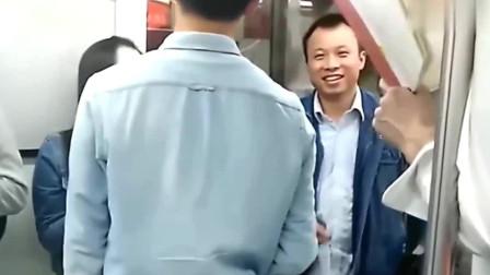 老外在中国:老外在中国地铁看书,乘客看到书名后,各种表情包!哈哈