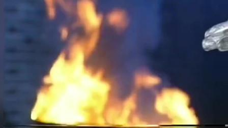 男子为了让手恢复原貌,竟当场把手放到火上烤!