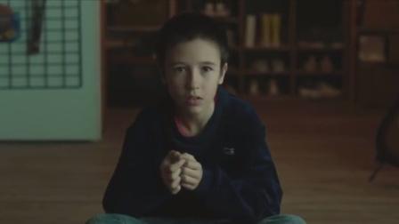 海市蜃楼:男孩在雷暴的天气看电视,没想到竟看到25年后的自己