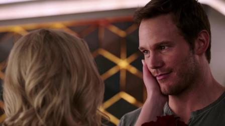 太空旅客:詹姆斯和奥罗拉成为恋人,两人生活的很幸福,詹姆斯要向她求婚