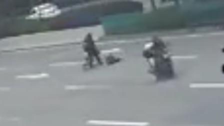 【重庆】老人骑自行车载孙子横穿马路 被摩托车撞上还担责