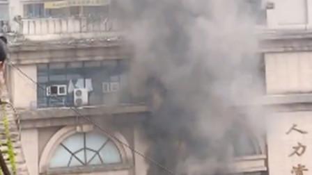 【重庆】重庆一商铺发生火灾 现场火势凶猛浓烟冲天