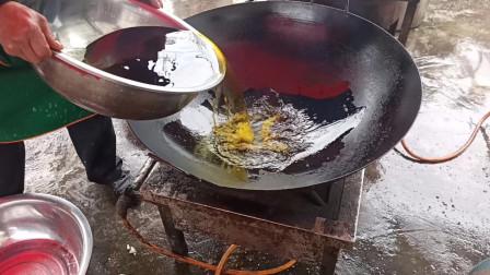 农村大锅菜也讲究锅气,看乡厨的配合操作,这炒的才香