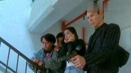 华仔见到龙五手里的枪也要试试,怎料一上手才知道差距这么大!