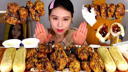 """韩国吃播:""""黑橄榄炸鸡+韩式蜂蜜糕"""",搭配萝卜丁,吃得真馋人"""