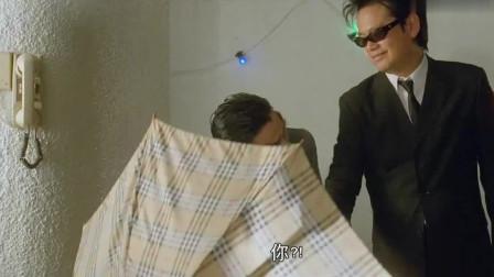 超级整蛊霸王:大叔刚瞄准姑娘,谁知就被人拿伞挡住,笑我了!