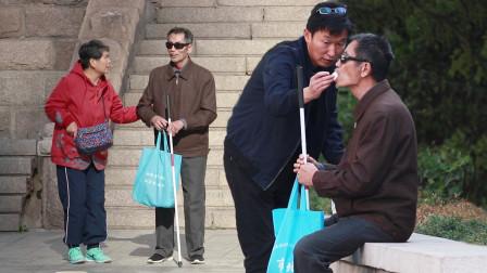 失明老人街头吃东西遇到困难,路人:别担心,我喂你吃!