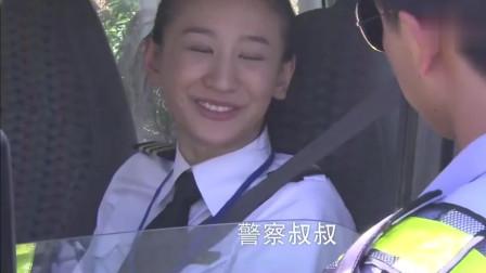 美女开豪车和小伙的摩托车比赛,没想到交警就在前面,这下尴尬了