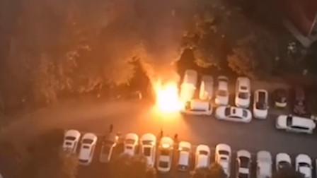 车辆着火消防车进小区救火被堵 致数辆车串联燃烧