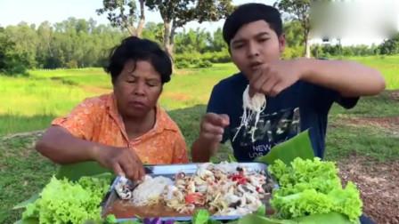泰国母子户外吃美食,海鲜拌粉,太满足了