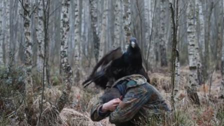 外国男子森林里偶遇松鸡,结果被松鸡骑在头上,镜头记录全过程