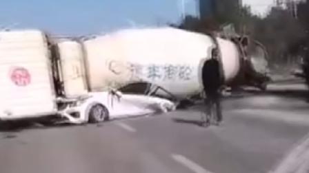 三人死亡!江西发生重大交通事故,搅拌车侧翻将小车压成铁饼
