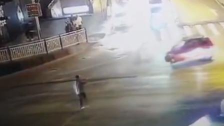 """【重庆】男子扛""""金箍棒""""过马路 碰到摩托车引发连环事故"""