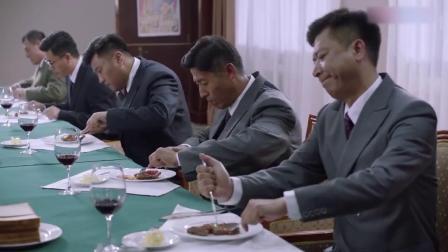 外交风云:请们吃牛排,不料们的举动,能笑了!