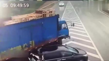 监控:大货车追尾小轿车以后,诡异的一幕发生了