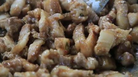 野外烹饪,炒油辣猪肉,配上米饭更是美味