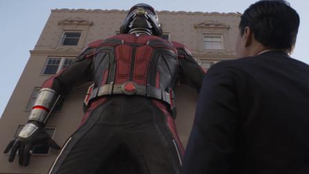 大官还以为抓到了蚁人,没想到蚁人已跑路,面前的东西是他的战衣