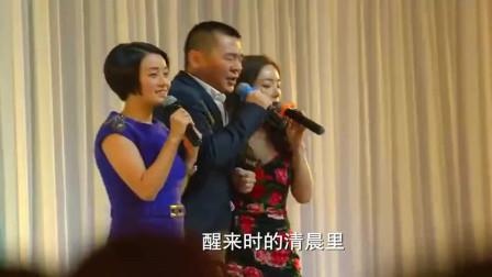 大叔陈建斌带两个美女在前妻婚礼上大唱《恋曲1990》,太逗了