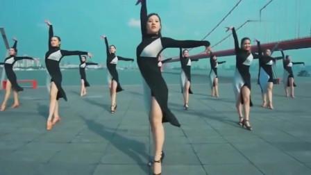 这绝对是最撩人的拉丁舞,长腿美女动作一出,就无法抵抗了