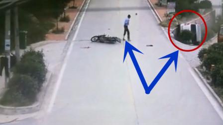 面包车为了躲避摩托车导致翻车,接下来男子的举动,让人哭笑不得