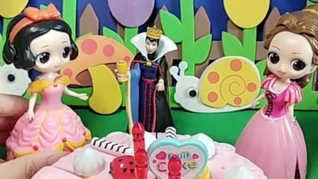 白雪公主为母后做了一个生日蛋糕,却被贝尔公主抢走了功劳