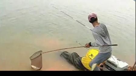 这就是钓鱼高手,战水库每三分钟钓一条草鱼这得钓多少鱼?