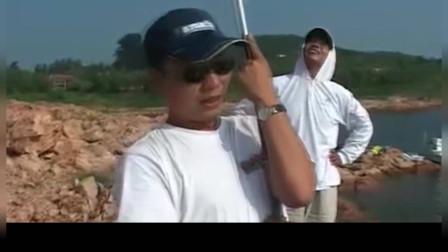 钓鱼高手战水库钓中大鲤鱼,提竿刺鱼、遛鱼动作堪称经典不愧是钓王