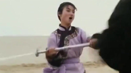 惠英红是有真功夫的,不仅武功了得,还会耍剑!