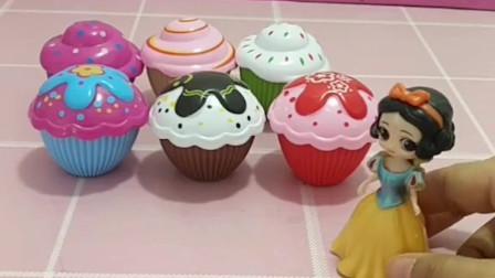 没有人愿意给童话王国的小雪儿玩,她做了6个蛋糕,小蛋糕变成了小公主要给小白雪做朋友!