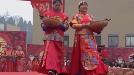 简阳5对新人举办特殊婚礼,不仅牵手走红毯,还拿着自己特色物品