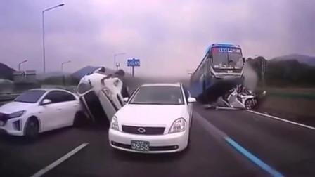 """高速公路时速120会怎么样?大巴车""""飞起来""""追尾轿车,如此惨的车祸几十年首次见!"""
