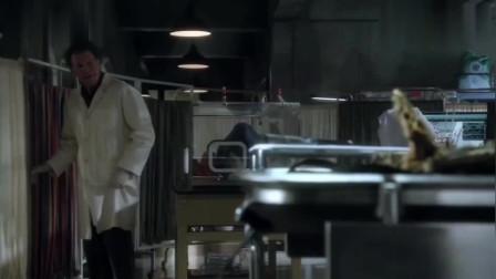 博士发现尸体长出霉菌,拿出放大镜一看,立马将尸体密封