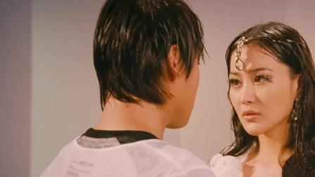 张馨予在舞台上与男朋友热吻,这身白色比基尼太抢镜了