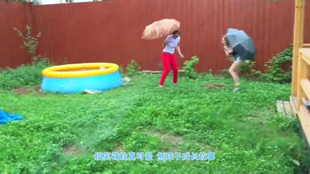 萌娃小可爱们在玩打水仗的游戏,小家伙可要手下留情呀,萌娃:宝宝是不是很厉害呢