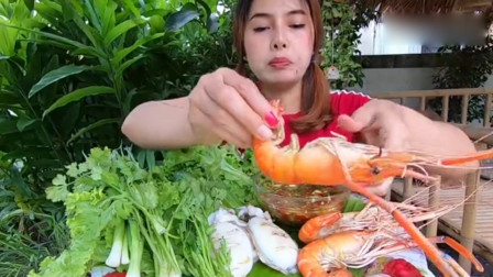 泰国小姐姐户外吃墨鱼,罗氏虾,沾秘制酱料,酸爽