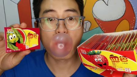 """吃货小哥吃""""血色口香糖"""",搞怪名字好有趣,香甜耐嚼吃完吹泡泡"""