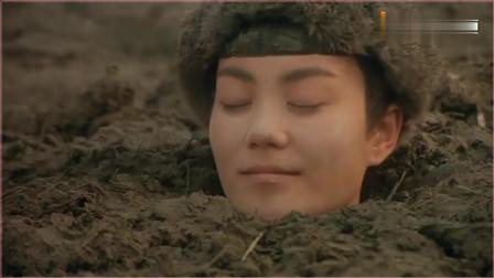 男女两人掉泥里出不来,来个老婆婆搭救,谁料走的比蜗牛都慢。