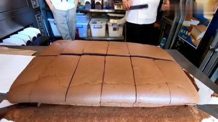 台湾街头现烤巧克力蛋糕,看着切开后的夹心,吃完要胖好几斤吧?