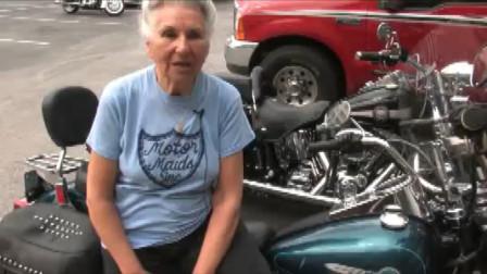 95岁美女老太太酷爱骑摩托,70年骑行100万公里,可绕地球25圈