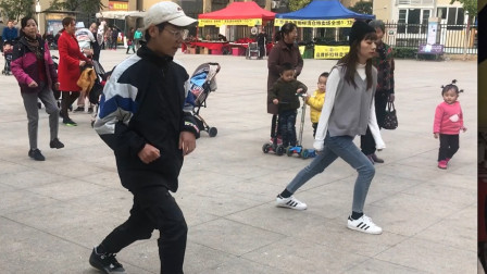 17岁小姐姐学跳鬼步舞,简单2步,没想到1分钟就学会了