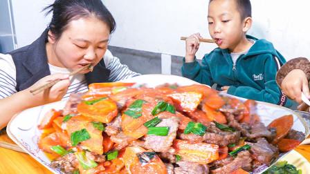 媳妇赶集买牛肉,师傅现场教媳妇怎么切肉,牛肉炒胡萝卜真好吃